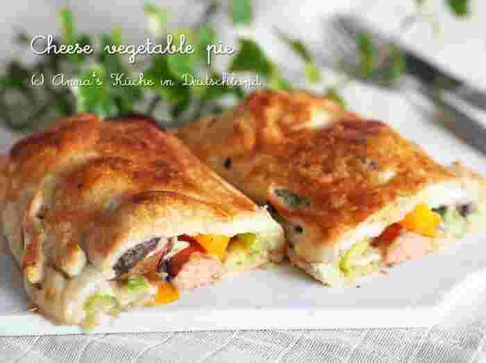 野菜がぎっしり詰まったパイ。黄色のパプリカと緑のアスパラにウインナーの赤みが加わって、切った時の断面が美しい彩り豊かなパイです。