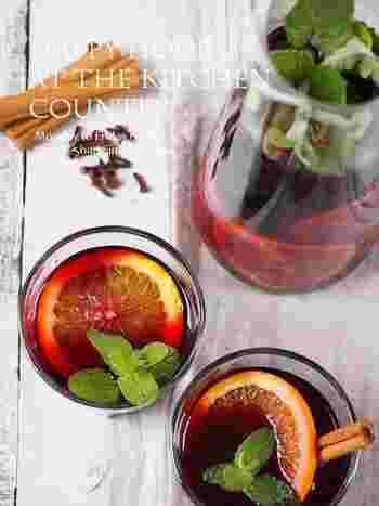 ■オレンジとミントのサングリア  甘くフルーティーなカクテルと言えば、サングリア。オレンジも皮ごと美味しく食べられます。そのままでも、炭酸で割ってもOK!