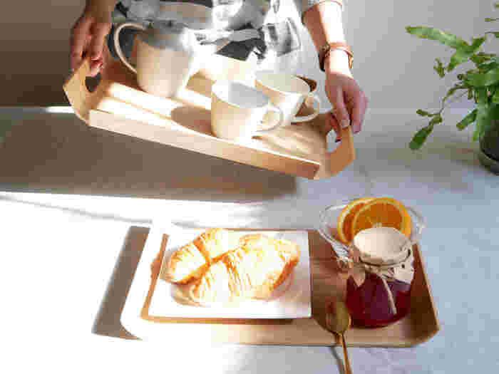 次にご紹介するのは日本のキッチンウェアメーカー、『KINTO(キントー)』のおしゃれな「ノンスリップトレイ」です。表面にはグラスや食器が滑りにくくなる特殊加工が施されており、見た目の美しさだけではなく、高い機能性も兼ね備えた優秀アイテムです。持ち手付きで安定感抜群の「フレームハンドルトレイ」(写真奥)や、ランチョンマット代わりにもなる「カーブトレイ」(写真手前)など、様々なタイプのトレイを展開しています。