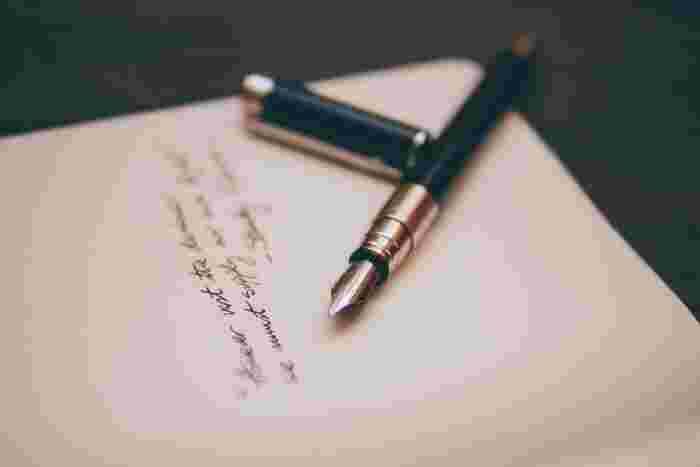 マイナスに感じる言葉をリフレーミングすれば、その言葉の持つポジティブな面に気づくことができます。「内気」なら「慎重」というように、マイナスだと思う言葉の横にポジティブな言葉を書き出してみましょう。