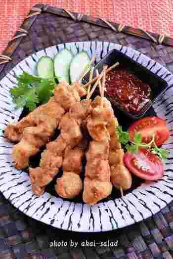 こちらはインドネシアの焼き鳥「サテー」(サテ)。 インドネシア以外にも、シンガポールやマレーシアなどでも楽しまれています。  ピーナッツバターベースのピリ辛ソースと一緒にいただくのが特徴で、お酒にもよく合う一品ですよ♪  主に鶏むね肉を使いますが、お店によっては牛肉やラム肉も一緒に提供されることも多いです。  ソースのレシピにはインドネシアのチリソース「サンバル」がありますが、ない場合は豆板醤でも代用可能です。