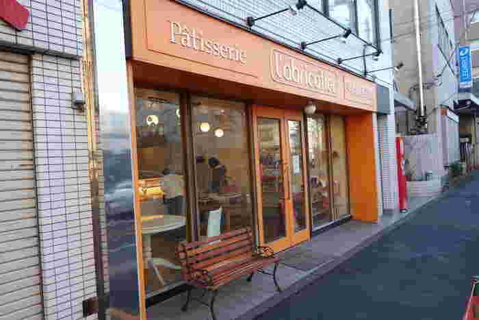 アプリコットカラーが目を引く<ラブリコチエ>さん。高円寺駅から歩いて約7分、早稲田通り沿いにあります。ラブリコチエとはフランス語で「杏の木」という意味。店内は白を基調とした、シンプルであたたかな空間のパティスリーです。
