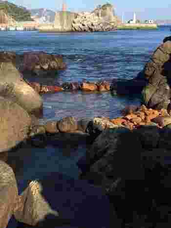 もうひとつ、足付温泉も無料で入れる「混浴温泉」です。外科の湯とも呼ばれ、この名はケガをしたアシカが温泉に入っていたことが由来でつけられたとされています。すぐそこには海!という景色を楽しみながらの温泉を堪能することができますよ。