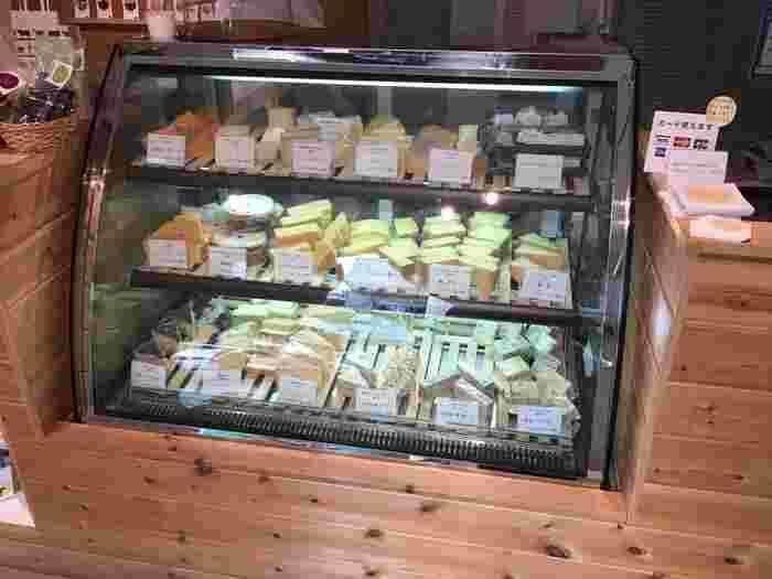 ショーケースの中には、珍しいチーズがたくさん。それもそのはず、こちらのお店では北海道内にある100を超えるチーズ工房の中から、北海道チーズの第一人者のチーズコンシェルジュ30以上の工房を選び、その中から厳選した200種類以上のチーズを取り揃えています。