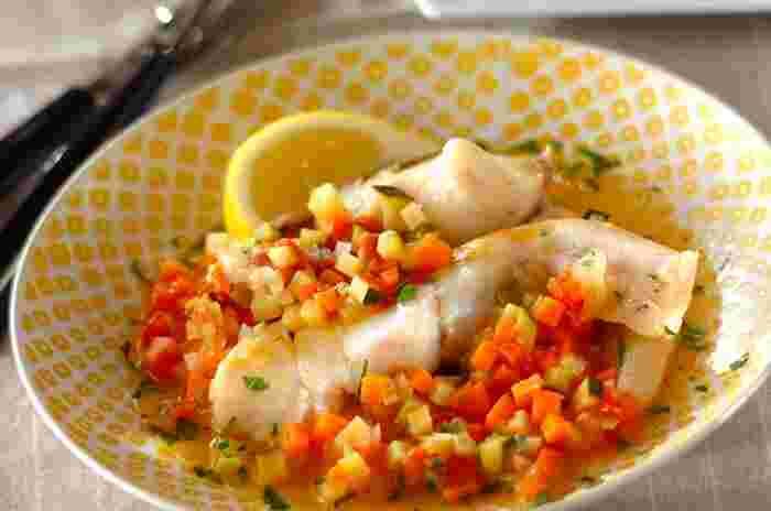 人参・トマト・ズッキーニなど、様々な野菜に彩られた「白身魚と野菜の蒸し煮」。見た目はとっても豪華な雰囲気ですが、材料を入れて鍋で煮込むだけで簡単に作れちゃいます。シンプルな味付けで魚と野菜そのものの美味しさを味わえる、贅沢な一品です。