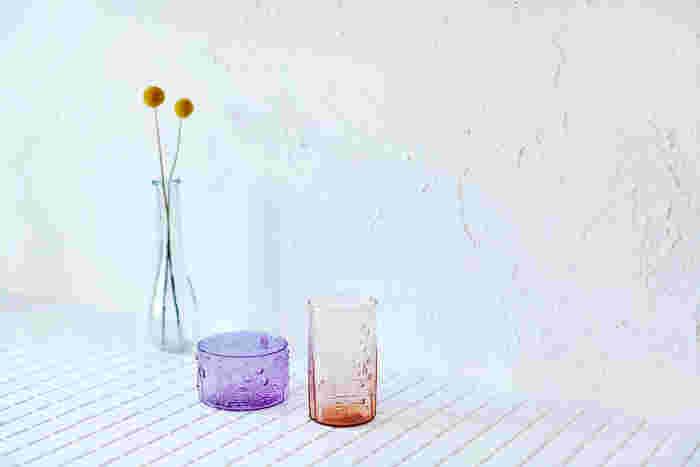 右:2015年7月に10,000個限定で販売された「セビリアオレンジ」(タンブラー/23cl)。ほんのりと色づいたオレンジがとても綺麗 中央:淡い紫色が美しい「アメジスト」のボウル※こちらは販売終了のため現在購入できません