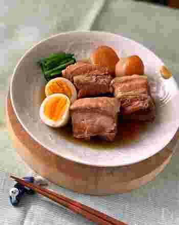 豚肉と言えば、角煮!大根を加えて作ってみましょう。こちらは圧力鍋を使うレシピ。大きなブロックの豚肉も、ほろほろほぐれておいしくなります。ゆで卵やほうれん草を添えて、彩り良く盛り付けてください。