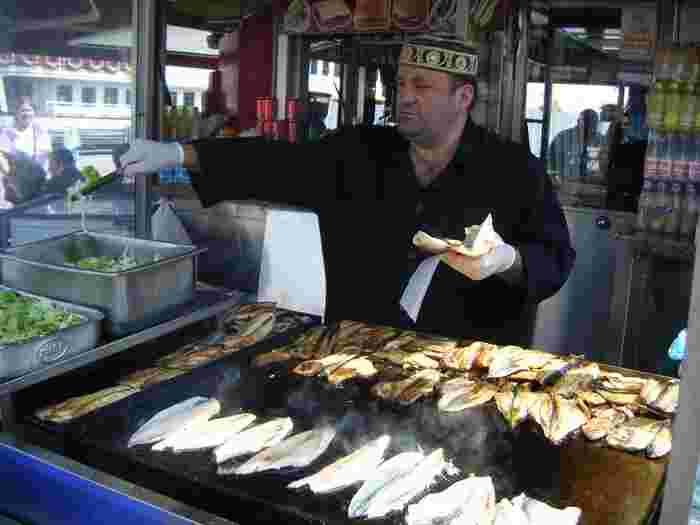 サバサンドは、もともとはトルコ・イスタンブールのフェリーの船着き場で愛される名物。屋台ではサバがジュージューと焼かれ、香ばしくておいしいにおいが立ち込めます。潮の香りを感じながら楽しむ濃厚なサバサンドは、くせになるそうですよ。