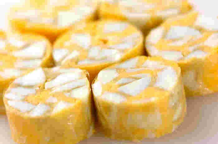 一見「たまご焼き」みたいに見たいに見える「岩石卵(がんせきたまご)」。ゆで卵を白身と黄身で別けて「蒸す」というちょつと面白い発想の調理法です。お弁当やオードブルに! 見た目も華やかです。 【材料】 卵 4個 砂糖 大さじ3強 塩 3g 片栗粉 小さじ2