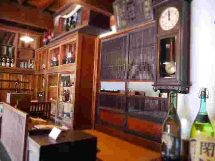 歴史ある当エリアには、紹介したように見所が沢山ありますが、大正から昭和期の生活文化を、直接肌で感じられる当地ならではの施設もあります。足を運べば、古き良き下町の暮らしを経験せずとも、心穏やかに、懐かしい気分に浸れます。  【画像は、上野桜木2丁目「カヤバ珈琲店」斜向いにある「旧吉田屋酒店」(下町風俗資料館付設展示場)。この酒店は、谷中6丁目で江戸期から酒店を商っていた「吉田屋」の建物で、当地に移築後、風俗資料館として一般公開している。(入館無料)】