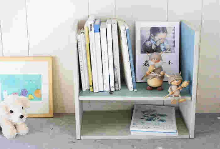 100円ショップでも手軽に購入できるまな板は、実は簡単DIYの嬉しい味方! 子供部屋におすすめの「マルチユースなコンパクトラック」は、なんと3WAYで楽しめる優れもの。
