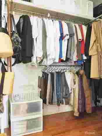 厚手のコートやダウンなど、本格的な秋冬物を出すタイミングで、クローゼットや押入れを一度空にして掃除機や雑巾掛けをしてみましょう。空気が乾燥している秋は、クローゼットのある部屋の窓を開けて、空気を入れかえるのにもぴったりの時期です。