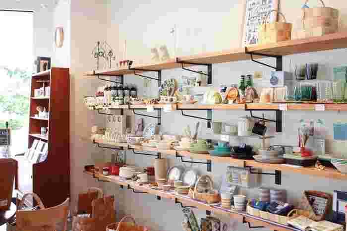 """鎌倉駅近くに2店舗を構える、北欧を中心に買い付けてきた心躍るようなかわいい雑貨たちが並ぶ""""krone(クローネ)""""は、ナチュラルでカラフルな色で溢れています。ムーミンやイッタラなどの有名な雑貨から、ここでしか手に入らないようなレアな小物まで、北欧の魅力がいっぱい詰まったお店です。"""