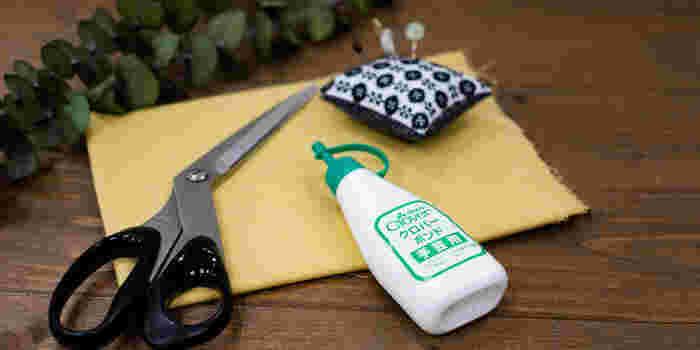 まず最初にご紹介するのがボンドや両面テープを使って作る小物製作方法です。まっすぐ切ってしっかり糊付けすれば完成!色々な小物を自分色で作ってみましょう!