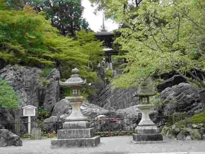 巨大な硅灰石(けいかいがん)という岩盤の上に建立された石山寺。硅灰石は、石灰岩と花崗岩が水の底で熱作用によって溶け合って形成された世界的にも珍しい石で天然記念物に指定されています。境内には数多くの硅灰石が突出しており、近年パワースポットとしても人気です。