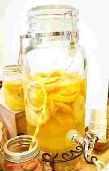 保存も効くので便利なドライフルーツを使ってみませんか?美味しさがギュッと凝縮されたドライパイナップルやドライオレンジをお水につけておくだけで、簡単美味しいフレーバーウォーターができますよ。