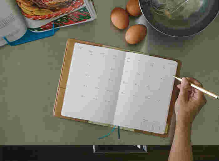 カレンダー式でスケジュールをひと目で把握できるのが、月間ブロックタイプです。薄くて軽いため、持ち運びにも便利というメリットも。分かりやすさ重視の方、予定が少なめの方、サブ手帳として使いたい方におすすめです。