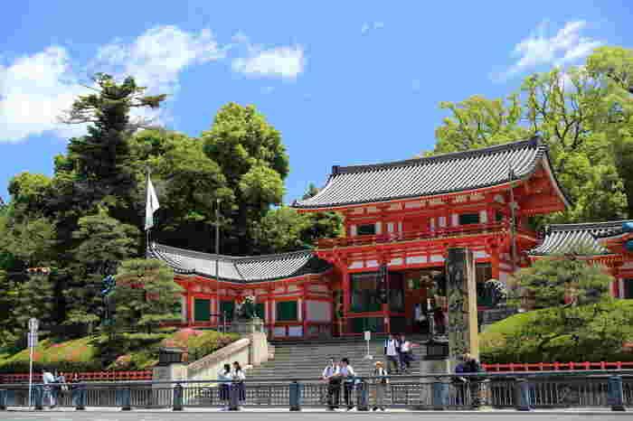 地元のひとから『祇園さん』と呼ばれ親しまれている「八坂神社」。最寄り駅から神社までは賑やかな大通り(四条通り)でアクセスしやすいのも嬉しいですね。その呼ばれ名からもわかる通り、祇園祭はこちらの神社の祭礼です。
