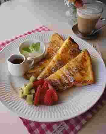 かたくなってしまった食パンも有効活用できるフレンチトースト。季節のフルーツを添えて、メープルシロップをたっぷりかけて召し上がれ。