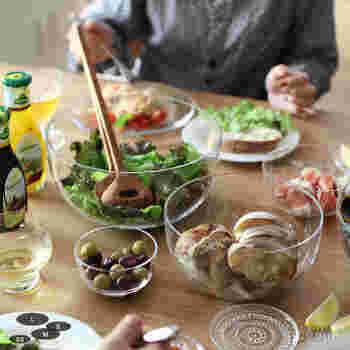 透明感あふれるデザインが魅力のガラスの器たち。飲み物や料理がさらにみずみずしく見える、不思議な魔法を持っています。いろいろなアイテムを使って、夏の食卓を涼しげに演出してみてはいかがでしょうか☆