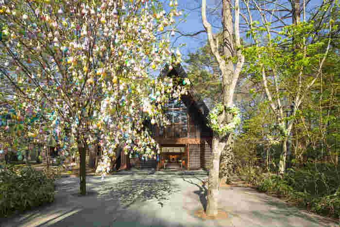 木のぬくもり溢れる教会は、軽井沢を代表する歴史ある教会。イースターの時期にはエッグツリーも飾られて春ムード満点です。カラフルなイメージに、心が躍りだしそう。