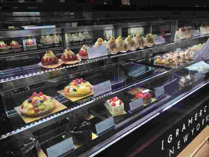 「グラマシーニューヨーク(GRAMERCY NEWYORK)」はスタイリッシュで高級感があり、手土産スイーツでとして高評価のお店。  色とりどりのケーキがラインナップしており、なかでもニューヨークチーズケーキ、こちらのようなフルーツタルトが人気商品。ギフト用の焼き菓子詰め合わせも色々ありますよ。