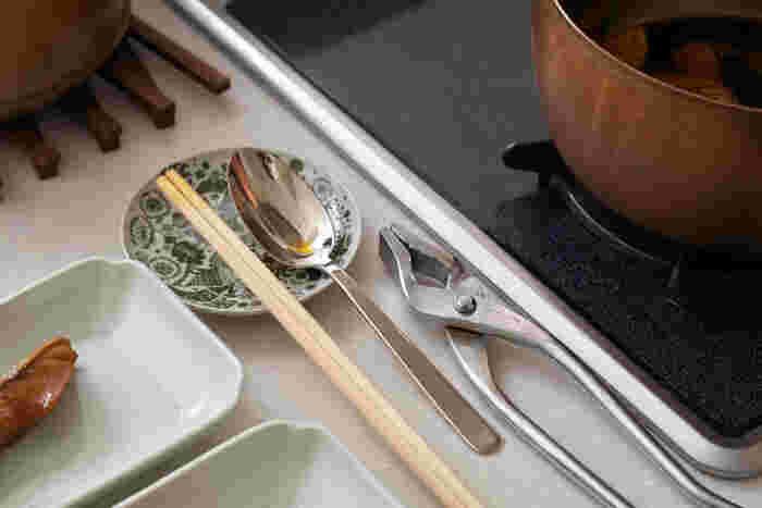 ステンレス製の場合は持ち手の部分の耐熱温度、シリコン製の場合も耐熱温度に注意して食洗器に入れられるか確認しましょう。竹製の菜箸は曲がってしまうことがあるので、注意が必要です。