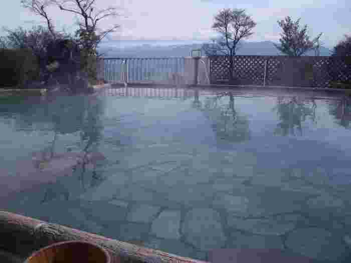 草津温泉と並び群馬を代表する温泉地である伊香保温泉。こちらの温泉の露天風呂は、標高800mの場所あり、そこから眺める紅葉はまさに絶景です!