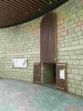 渋谷区松濤の閑静な住宅街に区立美術館として建てられた「松濤美術館」。渋谷区にゆかりのあるコレクションの展示をはじめとして、時代や分野を問わず様々なジャンルの企画展を開催しています。