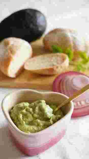パセリの香りがフワッと香り、あと引く美味しさのアボカドディップは、パンやクラッカーに塗ったり、サンドウィッチにもぴったりです!