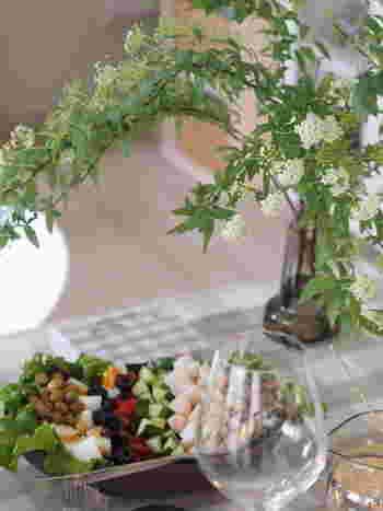 人気ブロガーのひよりさんも、印象的なガラスの花瓶を愛用中。この日は鞠のような可愛らしい花を咲かす「コデマリ」を食卓に飾っています。しなやかに枝垂れる様が、何とも上品で素敵。