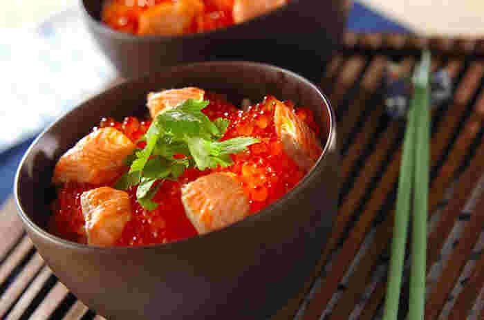 宮城県亘理郡亘理町に伝わる「はらこめし」は、鮭の煮汁で炊いたごはんの上に鮭の切り身といくらをたっぷり乗せていただく 贅沢ごはん。新鮮ないくらが手に入ったらぜひ試してほしいメニューです。