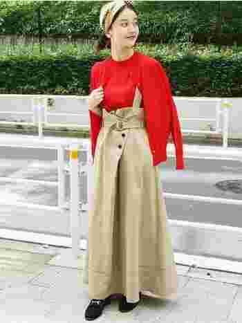 赤×ベージュの上品な色合わせと、クラシカルな着こなしがおしゃれなコーディネートです。単品使いもできるニットのアンサンブルは、これからの季節に1着持っておくと重宝しますよ。