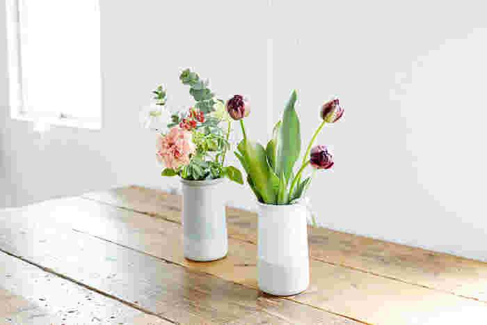「Clear Gloss×Mat Gray」と「White Gloss×Mat Gray」、きょうだいのように2つ並べてもいいですね。手前の花瓶にはチューリップ「ブラックヒーロー」を。花はもちろん、グリーンや、木の実、ドライフラワーを飾るのもアイディアです。