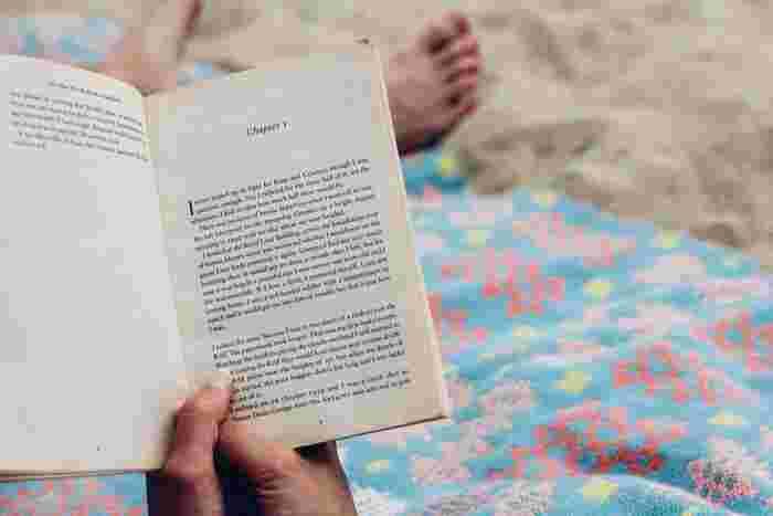 夜しっかりと睡眠をとっていれば、早起きしやすくなります。普段よりも早めに眠りにつくことはもちろん、ぐっすりと良く眠れるように部屋を暗くする、本を読むなどの工夫をしてみましょう。ついつい見たくなるスマートフォンは、枕元には置かないほうが良さそうですね。