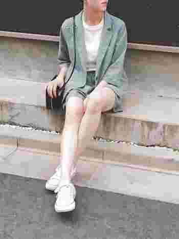 薄いグレイッシュブルーにホワイトを合わせると、夏らしい爽やかさがありながらシックな大人のスタイルに。同色のショートパンツとのセットアップコーデが涼しげです。