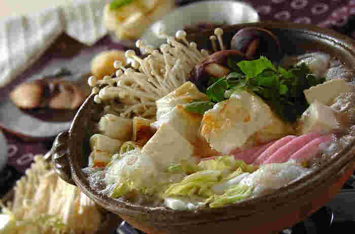 """スープに大根おろしの甘みが溶け込んだ""""みぞれ鍋""""。お肉はあえて入れずに、野菜そのものの美味しさを楽しめるお鍋です。お好みの野菜をたっぷり入れて召し上がれ!"""