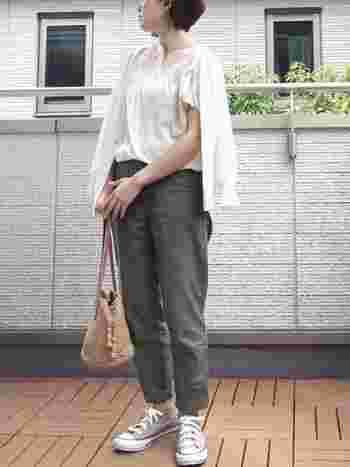 パンツの裾を軽くロールアップして、季節感を上手に調整しています。ちらりと見える足首が女性的で美しいですね。