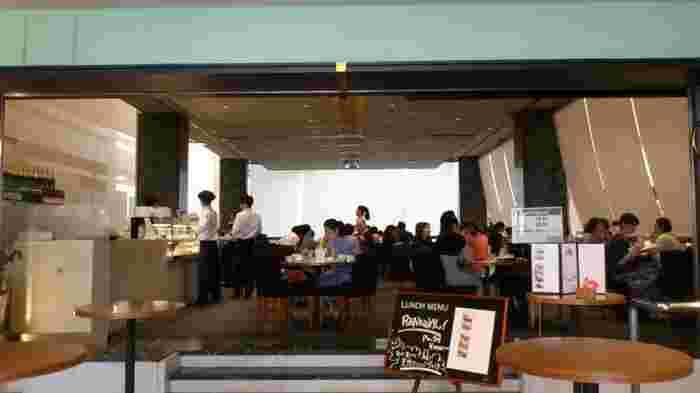 表参道のシンボル的ビル『SPIRAL』の1階奥にあるカフェ。ハイセンスな人が打ち合わせや待ち合わせにも使うアーティスティックなカフェです。