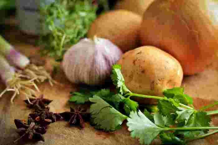 玉ねぎやにんにくなど香りの強い食品の場合、臭いが容器に移ってしまうこともあるようです。また、カレーやトマトソースなどの色が移ってしまう場合も。