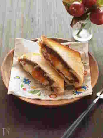 甘酸っぱい杏ジャムとつぶあんの甘さ、クリームチーズの爽やかな酸味が絶妙な組み合わせのホットサンド。