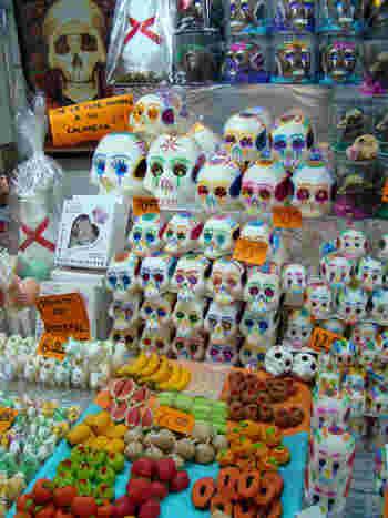 町中にガイコツモチーフのお菓子が売られています。これだけ沢山積まれていると圧巻ですね。
