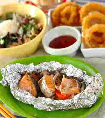 鮭のホイル焼きにじゃがいもをプラスすると、ボリュームもアップするのでおすすめ。じゃがいもはあらかじめ電子レンジで加熱した後に、鮭と一緒にアルミホイルで包んでフライパンで加熱します。  鮭のホイル焼きをメインにしたおすすめの献立はこちら。 【主菜】鮭とポテトのフライパンでホイル焼き 【副菜】スパイシーオニオンリング 【副菜】エッグビーンズサラダ 【デザート】メープル白玉団子  シンプルであっさりめの味付けのホイル焼きに、スパイシーなフライや温泉卵とチーズのクリーミーなサラダがマッチ◎