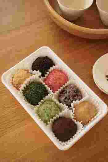 京都祇園にある「小多福」の『おはぎ』。小豆やきな粉など定番のものから梅や青梅、古代米といった変わり種もあり、カラフルでインスタ映えもする新感覚おはぎ。どのおはぎにも少し塩気を足した粒あんが入っていて、もち米と粒あんの塩梅が絶妙。1個単位でも、8色セットでも購入でき、女性への手土産に喜ばれます。