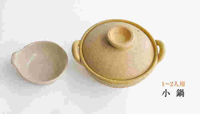 伊賀焼の窯元「長谷園」の土鍋は、ざらりとした質感に、上質な土の風合いを感じます。伊賀の土鍋は、熱を蓄えて、食材の芯まで火を通して旨味をとじこめるから、料理人にも好まれてきたんだとか。一人鍋を、贅沢を一品にしてくれる土鍋です。