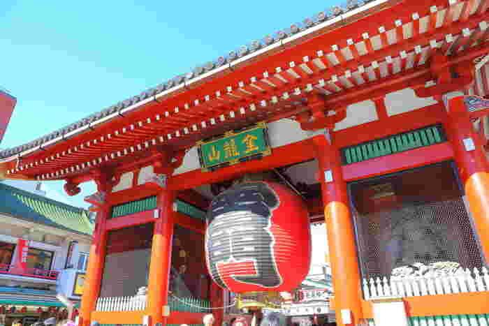 """東京を訪れた外国人や地方出身の日本人も必ず「雷門」の前で記念撮影しているのではないでしょうか? 雷門から浅草観音に続く仲見世には、外国人がイメージする「ザ・日本」で溢れています。着物や番傘、和小物など""""和グッズ""""は勿論のこと、焼きたての「せんべい」「ぬれおかき」「人形焼き」など""""和スイーツ""""も充実しています。"""