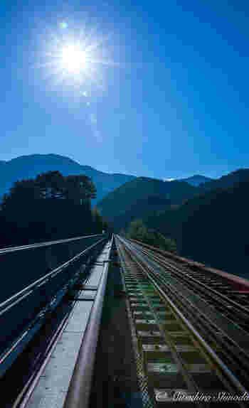 列車が来る前に、駅ホームから線路を眺めてみましょう。まるで、湖面から約70メートルの位置に敷かれたレールを眺めていると、まるで天空に浮かぶ駅に立っているかのような錯覚を感じます。