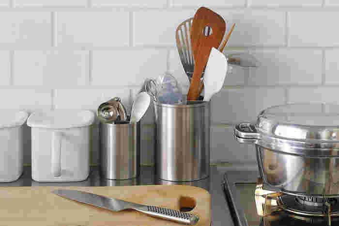 素材は18-8ステンレス製。なのでキッチンのコンロ周りにも、安心して置くことができ、しかも汚れたらその場で拭いたり食洗機にかけたりできるので機能性もバッチリ。サイズは高さ11cmの「11」と高さ15cmの「15」の2サイズ。高さ15cmの「15」は、おたまやフライ返しなどのキッチン周りの大きなツールを収納するのに適しています。