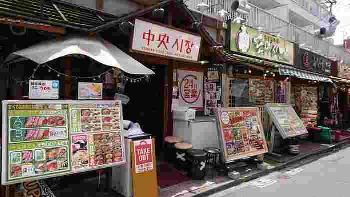 新宿駅から山手線で一駅の新大久保駅周辺には、都内最大の「コリアンタウン」があります。韓国グルメの食べ歩きや、韓国コスメ・韓流アイドルグッズのショッピングなど、韓国好きにはたまらない魅力的なエリアです。