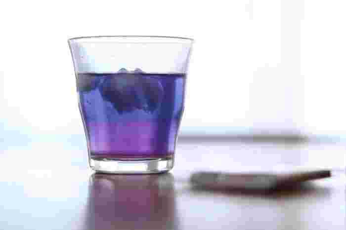 こちらはブルー~紫のグラデーションが美しい、バタフライピーというハーブティー。原産国はタイやベトナムなどの東南アジアです。  青い花の天然の色素によって、エレガントな青色が抽出されます。これだけだとブルー単色ですが、レモンを入れるとたちまち紫いろに!  いつものティータイムも、バタフライピーを淹れるだけで特別感が味わえます。